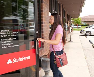 Mujer entrando en una oficina de State Farm