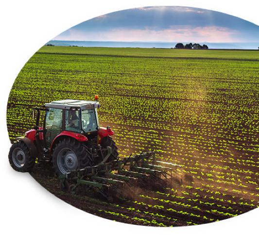 El tractor que cubre el seguro de granja y rancho es el que cultiva la tierra al romper el alba.