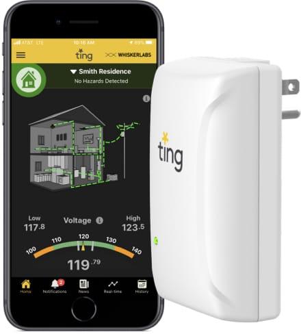 La página de Ting aparece en el teléfono móvil junto al enchufe de Ting
