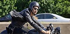 Un hombre viajando en motocicleta