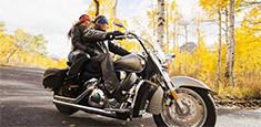 Una pareja viajando en una motocicleta