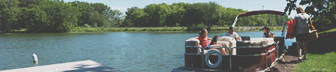 familia sentada en una embarcación en el lago