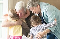 Abuelos abrazando a sus nietos
