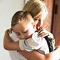 Madre abrazando a su hijo pequeño