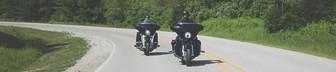 Dos hombres en motocicletas