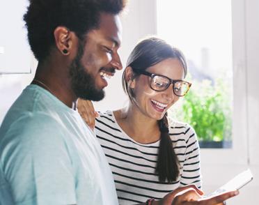 Una pareja mirando un folleto