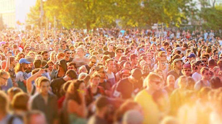 25 maneras de estar más seguro en las multitudes