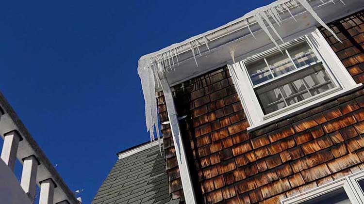 Obstrucciones por hielo, nieve en tu techo y condensación en el ático