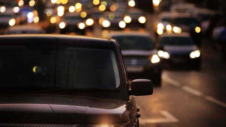 Consejos para manejar de noche y ayudar con el resplandor y la visibilidad