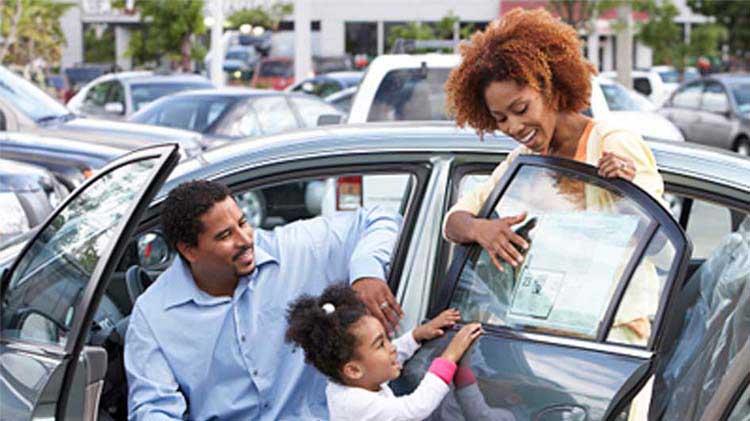 Cómo comprar un carro usado de un concesionario o de un vendedor particular