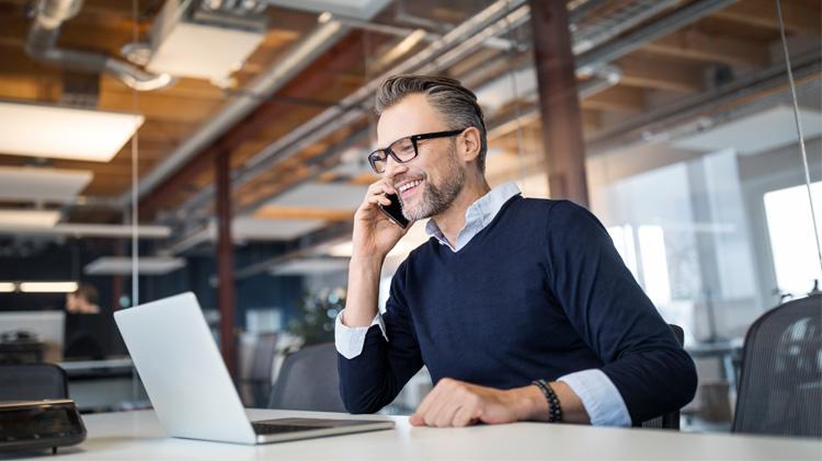 Hombre de negocios usando su computadora portátil para trabajar en su presupuesto comercial.