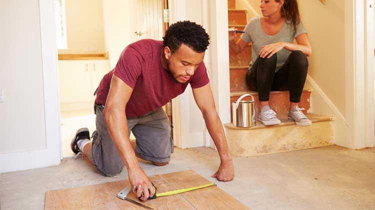 Qué reparaciones de vivienda puedes hacer tú mismo y cuándo contratar a un contratista.