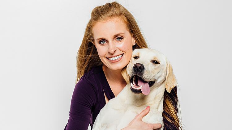 Una voluntaria con un perro.